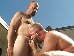 Mature homo sucks his bear boyfriend outdoor